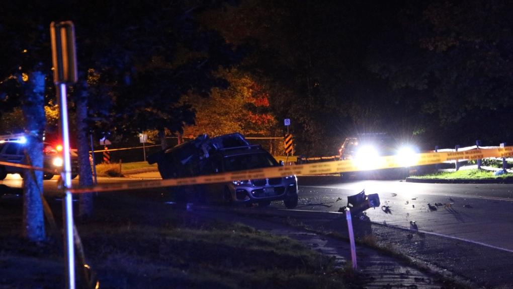 2021 年 9 月 26 日,在体育场路附近的 Southwest Marine Drive 发生车祸后,一辆汽车侧翻,碎片散落在路上。(CTV 温哥华新闻/Ryan Stelting)