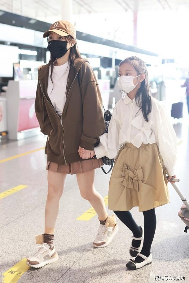 李小璐带女儿现身机场 甜馨长得像贾乃亮