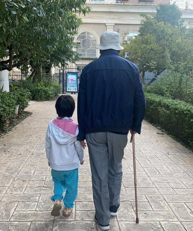 5岁汤唯女儿陪姥爷散步 剪短发穿运动装活泼可爱