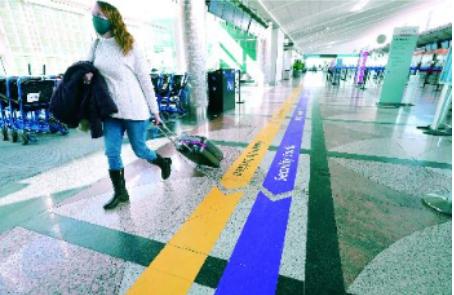 旅行限制放宽 换护照排长龙 申办或需1个月