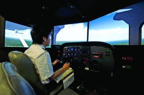 该航校具有大型航班模拟驾驶仓,正在培训来自中国的委培飞行员