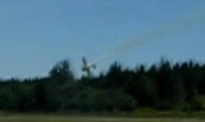 乃磨飞行表演轻型飞机失事坠地前的连续镜头之一