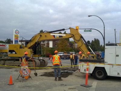 夹17街路口,道路维修工程施工不当导致地下水管爆裂-水管被挖破 图片