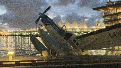 一架水上飞机疑似码头结构问题而半沉海中