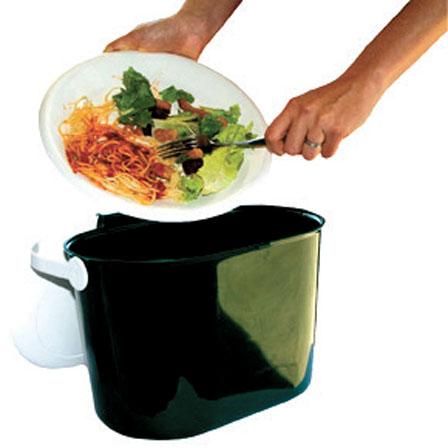 饭菜倒垃圾桶里的图片