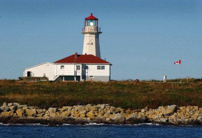 图为这座岩石岛上的灯塔