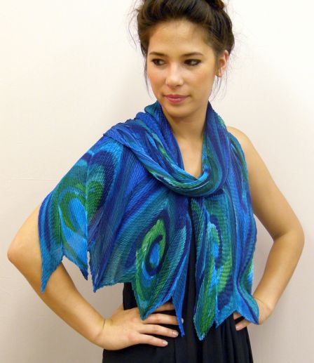 (组图)加拿大美女手绘丝巾 画出大牌品味