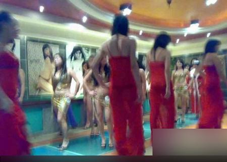 暗访偷拍东莞桑拿洗浴中心挑选女技师场景图片