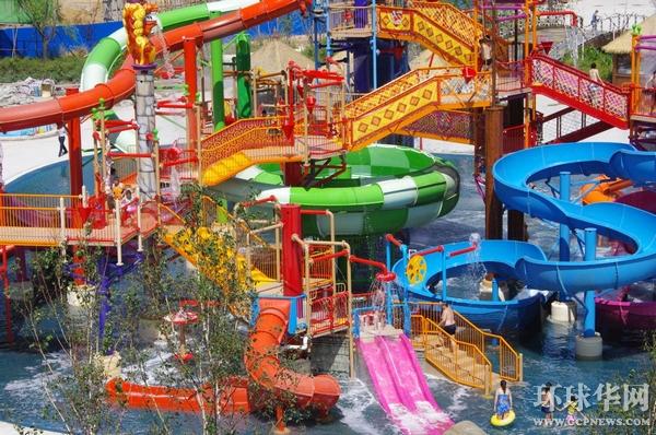 巴厘岛水世界   答:我曾经在世界上最大的毕马威会计师事务所(KPMG)的多伦多和温哥华分部工作过。当时,我正负责本地公司派特森(Jimmy Pattison)的审计项目。所以,我有机会到基隆拿并在那看到了于1980年建成加拿大的第一个水滑梯公园。这个水上乐园引起了我的兴趣,并且我也继承了我们家族热爱创业的兴趣。而在那之前,我的注意力只是集中在给其他人做会计的事情上。   问:现在,你成为了世界上最大的水上乐园公司的经营者。   答:是的。我们是在早期进入了这个行业,是这个行业的先驱者之一,并且还拥有