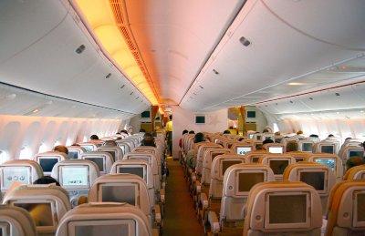 波音777-300er型宽体客机经济舱.(取材自维基百科)