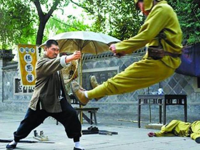 中国抗日题材的电视剧非常多,但质量参差不齐,有的甚至出现很多夸张、雷人的虚构场景,因此被网友称为抗日神剧。央视《新闻1+1》盘点、批评了这一系列的雷人抗日剧。2013年5月16日,针对部分抗战题材电视剧存在的过度娱乐化现象,中国新闻出版广电总局电视剧管理司着手进行整治。时下一些抗战剧把敌人描绘得过于弱智,不仅是对历史的歪曲,更是对浴血捍卫家国的先烈们的不敬。当前人浴血奋战换来的胜利被描述成唾手可得,后人恐怕就很难了解和反思为何这场战争需要付出如此巨大的代价。   关于日本如何看待抗日神剧。一开始,日