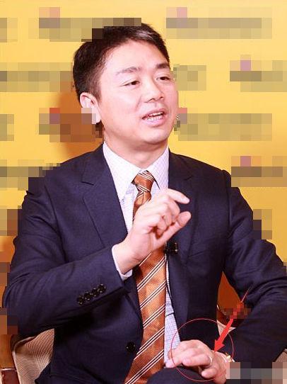 刘强东左手无名指戴戒指 疑与奶茶妹秘婚