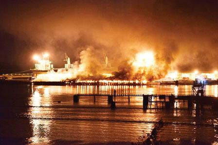 史高米殊码头大火,冒出大量黑色烟雾和火光,从远处也看得到.