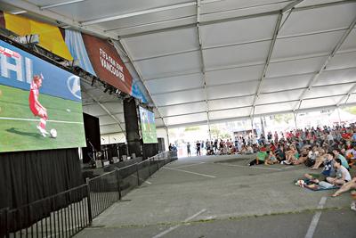 美国副总统来加油助威  女足决赛开放球迷区