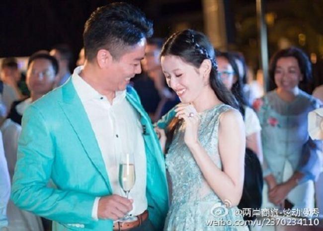 刘强东奶茶妹澳洲婚前派对曝光 幸福满溢