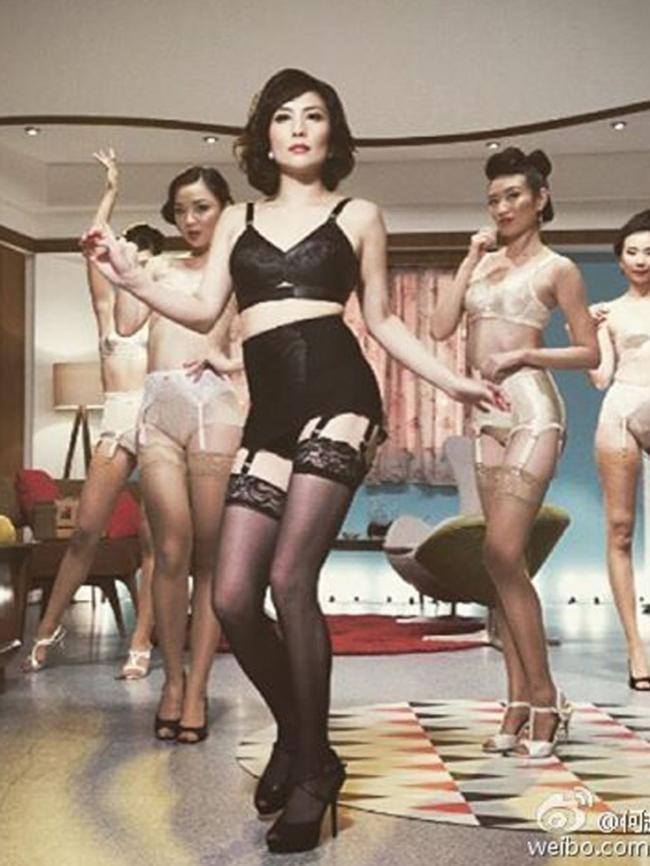 赌王之女何超仪演绎脱衣女郎 吊带出镜图片