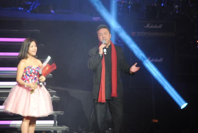 """华人市议员与""""小邓丽君"""" 情人节纵情歌唱"""