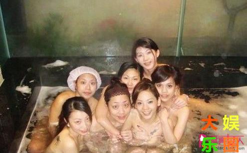 女大学生澡堂集体拍照 尺度之大令人乍舌图片