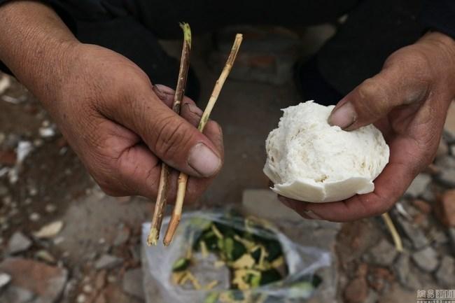 北京工地民工的午饭:塑料袋盛菜 树枝当筷子