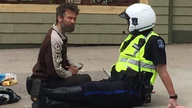 加拿大警察和乞丐并排坐 这张照片好评如潮