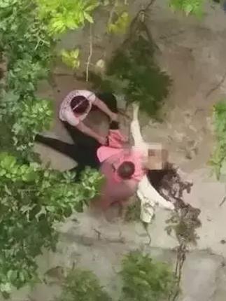 女子产后抑郁 将15天大孩子楼顶扔下再跳楼