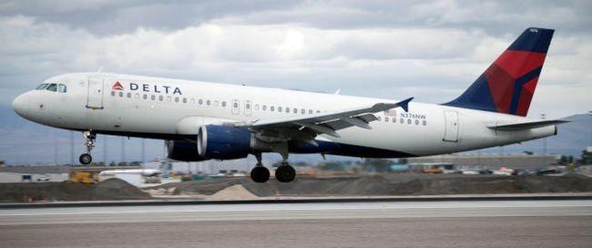 达美飞机载130乘客 直接降落在空军基地