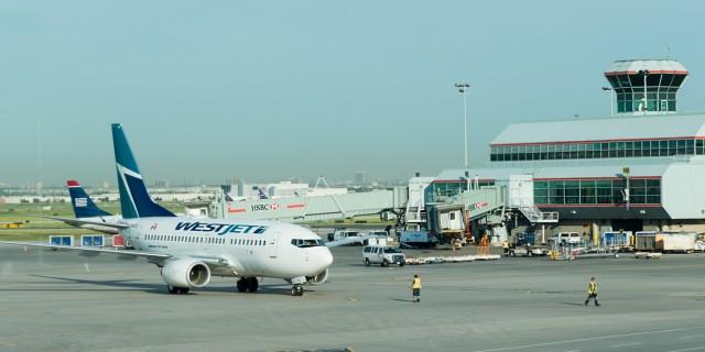 单从数据上来看,加拿大航班票价的确下降了,但为什么许多人出行时仍感觉到机票价格非常昂贵?那是因为航班公司提升了其他的附加费用,包括机场建设费、行李托运费等,各方面都被做了调整。而这些钱累积起来再加上税费,就让机票总价变得高昂。   例如早前WestJet航空公司提出了经济舱乘客出行时,第一个托运行李箱就必须收费至少25元的规定,这项规定影响到了国内航班以及国际航班的所有乘客。   这项举措出台后,其他航空公司纷纷效仿。Air Canada后来也对国内航班乘客以及飞往美国或加勒比乘客的第一件托运行李收费
