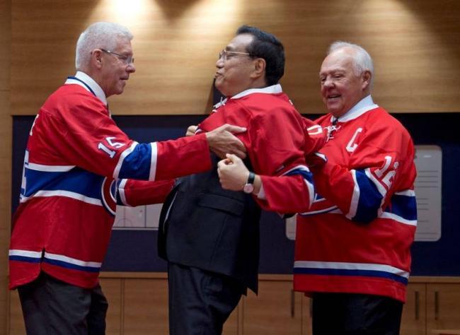 李克强加拿大玩冰球外交 这个镜头亮了