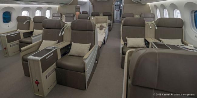 在飞机尾部,则有18个全平躺头等舱座位以及6个员工用的豪华经济舱座椅。   没有丝毫繁冗、低调而优雅是整架飞机软装的主题,韦拉认为,不放过任何一个细节但同时除去不必要的细节是最重要的,而这架飞机今后会在何时重新出现在我们的视线里,则成为一件让人十分期待的事情。