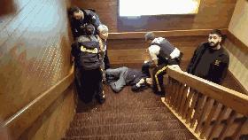 优发国际警察用暴力强行从楼梯拽下老人 小女孩哭泣