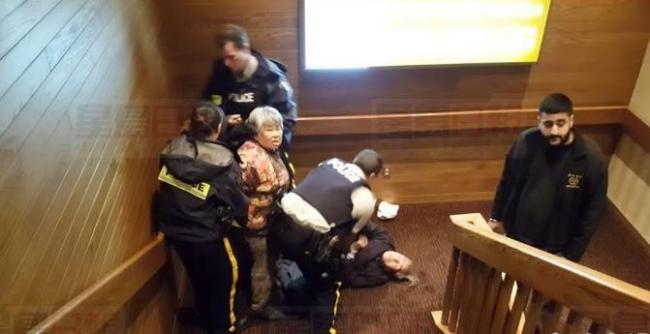 骑警暴力拘捕亚裔老人 外界警方将展开调查