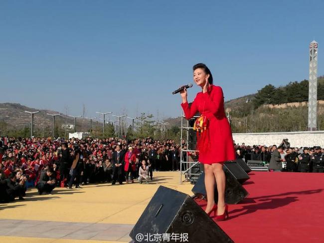 宋祖英在甘肃老区献唱现场 一身红