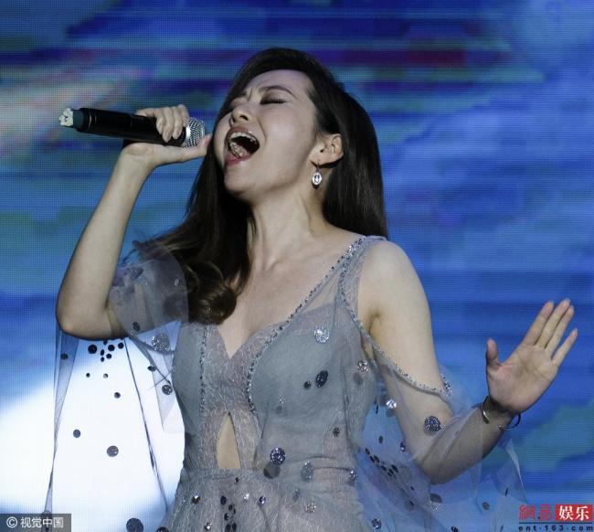张靓颖献唱开幕式 穿透视裙秀美胸