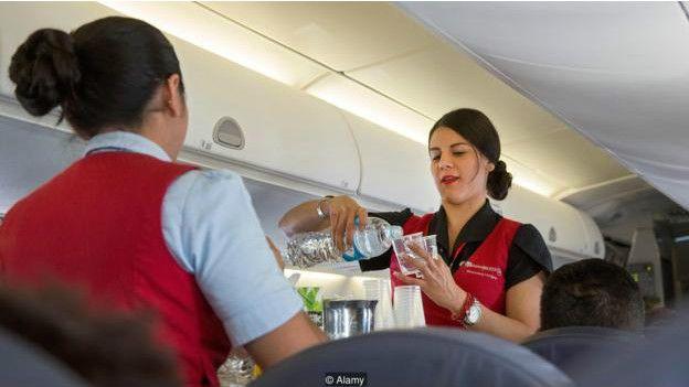 别在飞机上喝水 飞机着火时别拿行李