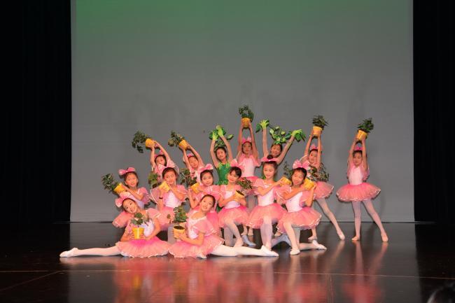 """""""海外桃李杯""""国际舞蹈赛源于中国民族民间舞最高荣誉""""桃李杯""""舞蹈大赛。由中国知名舞蹈艺术家、""""桃李杯""""创始人潘志涛教授与众多民族民间舞蹈艺 术家精心打造推出。""""海外桃李杯""""国际舞蹈大赛旨在促进国内外舞蹈创作、舞蹈表演、舞蹈教学的相互学习和相互交流,挖掘和推出舞蹈新人新作,为每一位海内 外的舞蹈爱好者提供最权威最专业的展示平台,从而达到在世界范围内传播中国舞蹈文化、舞蹈精神的目的。 2015-2016首届""""海外桃李杯""""国际舞蹈大赛全球总决赛已于2016年1月30日于美国洛杉矶圆满落下帷幕"""