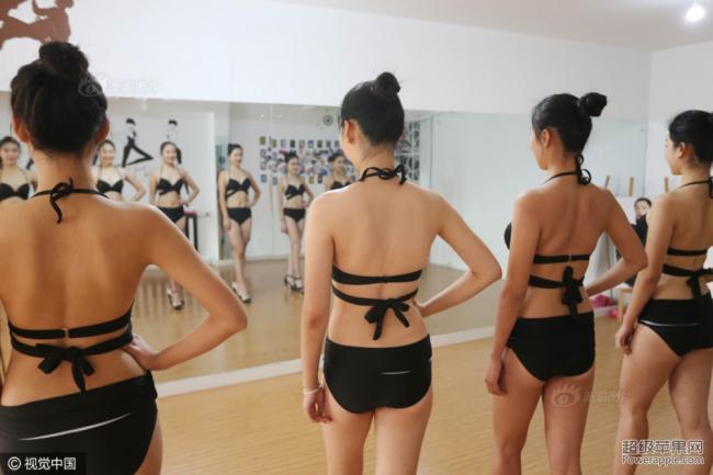 高三女生备战艺考 泳装制服齐上阵