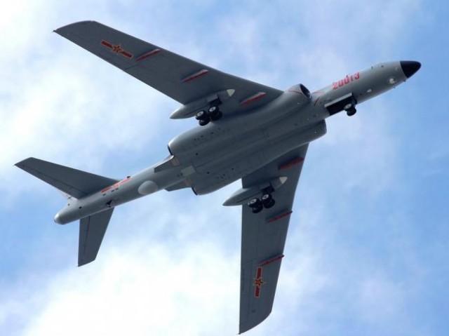 解放军大批轰炸机集结新疆要塞机场