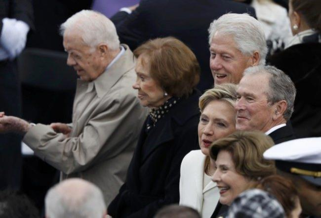 希拉里出場走在克林頓前面 被指仍是強勢女人