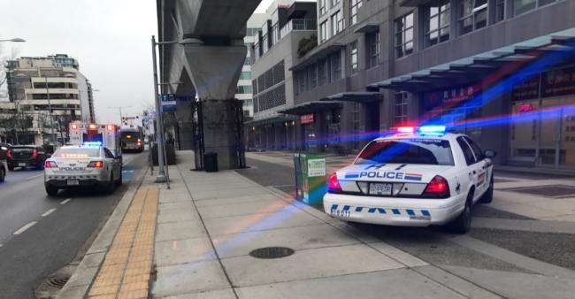 列治文3号路七辆警车聚停,几十封信件被划开窃取!