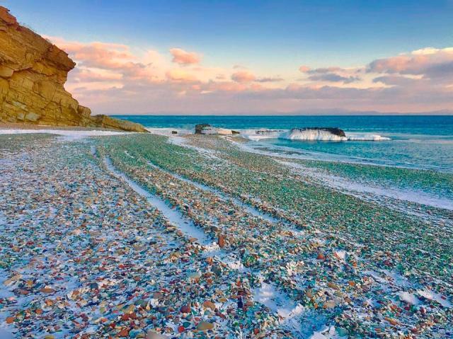 大量废弃酒瓶丢满沙滩 没想到大海打造出奇迹