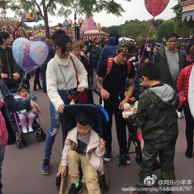 张柏芝带俩儿子游迪士尼 与路人合影被赞高瘦美