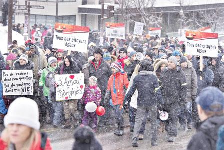 魁北克市数百人游行 悼清真寺恐袭6死者