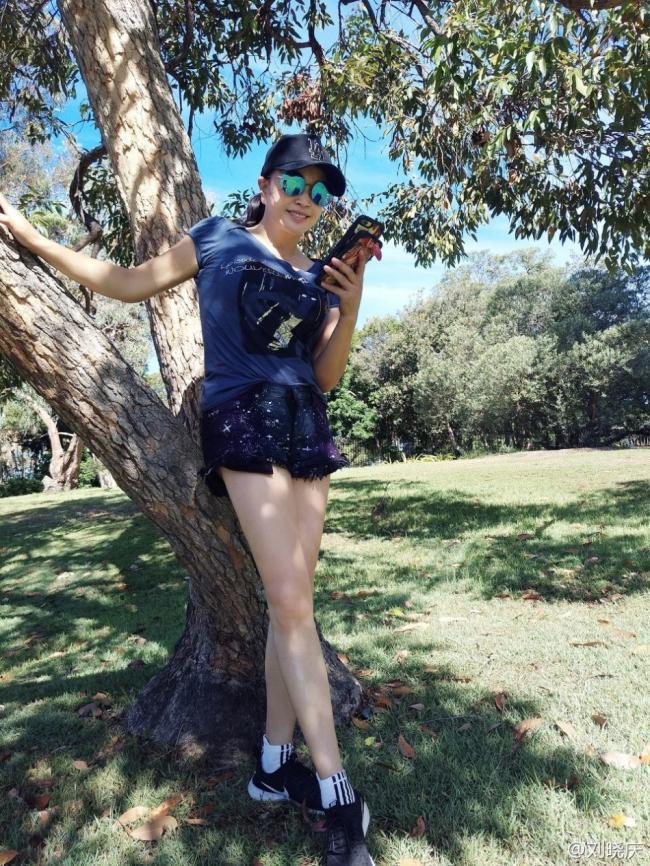 刘晓庆穿超短裤靓丽 上围傲人美腿细长直