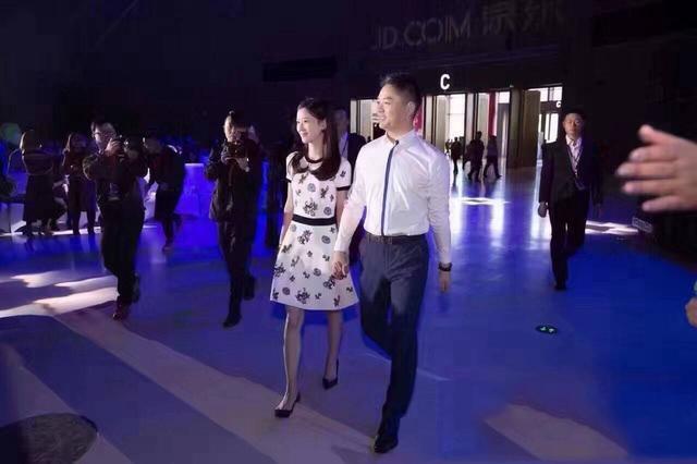刘强东奶茶妹妹手参加年会 与王力宏夫妇热聊