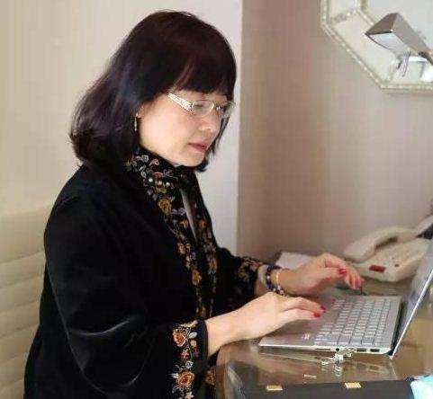 餐馆打工遇贵人 她从陪读妻子成为华人学者