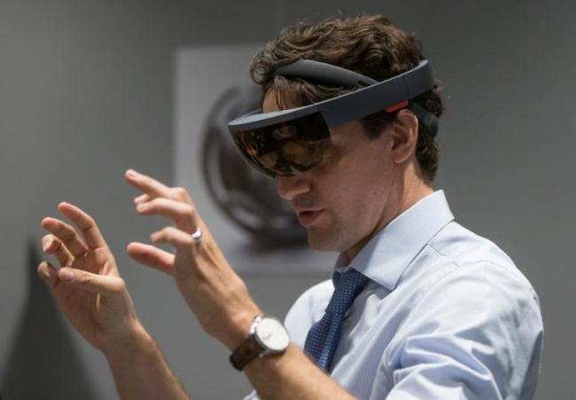屈洁冰参观EYEXPO天眸集团 感受VR高科技