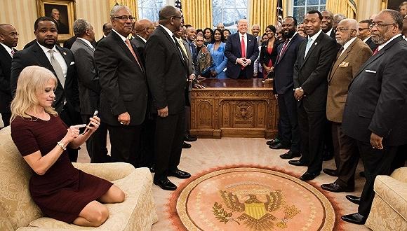 """川普女顾问的白宫""""沙发照""""为何遭猛批?"""