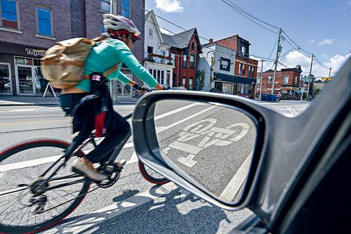 开车门时不慎撞倒自行车 后果能有多严重?
