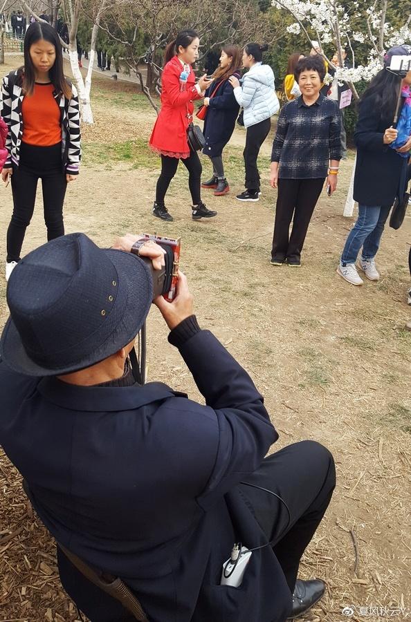 北京大爷自制撩妹拍照神器 样子拉风拍照