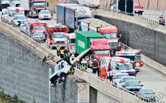 货车撞护栏车头悬空80英尺 工具箱保司机一命